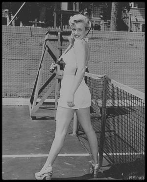 """1948 / Young Marilyn sur le court de tennis du """"Town House Hotel"""" de Los-Angeles."""