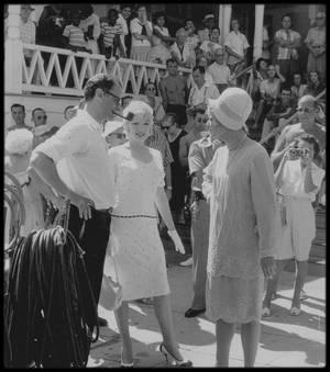 "1958 / Marilyn, Arthur MILLER, Paula STRASBERG, Tony CURTIS, Jack LEMMON ou encore Billy WILDER lors du tournage du film ""Some like it hot""."