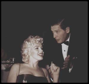 """11 Mars 1955 / C'est accompagnée de Milton GREENE que Marilyn se rend à la réunion annuelle tenue au """"Waldorf Astoria"""" de New-York, du """"Friars Club"""" où elle est l'invitée d'honneur, tout comme Jerry LEWIS et Dean MARTIN. Seront également de la partie Eddie FISHER, Sammy DAVIS Jr et Milton BERLE en maître de cérémonie. (photos signées Ed FEINGERSH, Milton GREENE et James COLLINS)."""