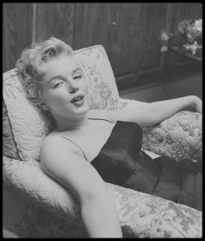 """Mars 56 / (Part II) Conférence de presse donnée par le magazine """"Look"""" dans la maison louée par Marilyn lors du tournage de """"Bus stop"""", sur North Beverly Glen Boulevard. (Photos Earl LEAF, Milton GREENE and Phil STERN)."""