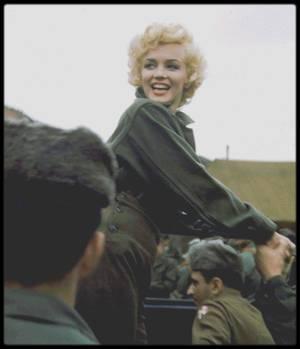 1954 / Marilyn raconta à de nombreuses reprises comment cette tournée en Corée fut l'un des grands moments de sa vie. Elle donna ses impressions en ces termes : « Il y avait 17 000 soldats devant moi, et ils hurlaient comme des fous en me voyant. Je les regardais en souriant… avec la neige qui tombaient et les soldats qui hurlaient devant moi, pour la première fois de ma vie je n'avais plus peur de rien. J'étais simplement heureuse. » Les personnes ayant participé au show ont parlé chaleureusement du comportement de Marilyn. L'un des officiers du corps des ingénieurs dit : « De tous les artistes que nous avons eu en Corée, elle fut la meilleure. Malgré un froid de canard, elle n'avait pas hâte de partir. C'était une grande dame. Elle donna l'impression à des milliers de GI qu'elle s'intéressait à eux. »  Le pianiste du groupe « Anything goes » accompagnant Marilyn durant la tournée, s'étonna de sa modestie et de sa simplicité : « Quelqu'un devrait lui dire qu'elle est Marilyn MONROE. Elle n'a pas l'air de réaliser. Lorsque vous faites une erreur, elle est désolée. Lorsqu'elle fait une erreur, elle vous prie de l'excuser ! »  Au final de sa tournée de quatre jours, Marilyn chantera devant près de 100 000 soldats répartis sur 10 spectacles.
