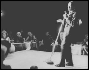 """13 Août 1960 / SINATRA invita Marilyn, MILLER et les principaux acteurs de «The Misfits» à la première de son spectacle qui  eut lieu à """"l'Indian Room"""" du """"Cal Neva Lodge"""" près du lac Tahoe.  SINATRA était en train d'acheter le """"Cal Neva Lodge"""" avec Sam GIANCANA (patron de la Mafia) et Milton RUDIN (son avocat).  Le directeur était Paul Skinny D'AMATO, qui avait tenu, pour GIANCANA, le « Thunderbird » à La Havane. C'était la première fois que Marilyn venait au """"Cal-Neva Lodge"""". Marilyn reçut régulièrement, par avion, des pilules prescrites par ses médecins de Los Angeles. Le Dr GREENSON lui avait prescrit 300 mg de Nembutal chaque soir (la dose habituellement prescrite était de 100 mg pendant maximum quinze jours). La dépression de Marilyn s'aggrava, sa confusion s'accrut ; elle s'exprima souvent de manière incohérente avait une démarche mal assurée. La nuit elle était hantée par des cauchemars, son humeur était incroyablement instable et il lui arrivait de piquer des crises de nerfs ; mais elle continua à travailler tous les après-midi, malgré une effroyable chaleur."""