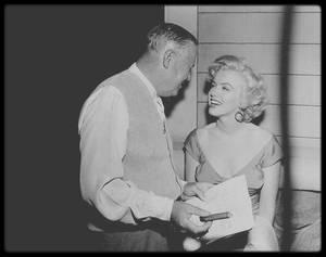 """10 Juin 1952 / Marilyn lors du tournage du film """"Niagara"""", notamment avec Henry HATHAWAY le réalisateur ; Marilyn commença le tournage de  « Niagara » à Buffalo (Etat de New York), en décors naturels. C'était la deuxième fois qu'elle  tenait le rôle principal dans un film. Elle logea au """"General Broke Hotel"""" à """"Niagara Falls"""", durant le tournage. Henry HATHAWAY, le réalisateur de « Niagara » n'avait pas la réputation d'être un metteur en scène facile avec les comédiens. Pourtant, à la surprise générale, Marilyn et HATHAWAY travaillèrent ensemble sérieusement et dans la bonne humeur. Ce fut son ami Allan SNYDER qui la maquilla une nouvelle fois durant le tournage. Les week-ends de juin et de juillet, Marilyn partait pour Manhattan retrouver Joe DiMAGGIO, qui enregistrait l'émission télévisée des Yankees dont il était le commentateur. Sur le stade ou en studio, il était nerveux et peu sûr de lui face aux caméras, maladroit quand il interviewait des joueurs ou quand il lisait son texte ou une annonce publicitaire. Il n'acceptait cependant aucun conseil de Marilyn qui connaissait pourtant quelques astuces qui lui venaient de ses professeurs d'art dramatique (comment apprendre à poser sa respiration ou se concentrer). Ils logèrent au """"Drake Hotel"""" ;  par respect des convenances, ils prirent deux chambres mais vivaient en fait dans une seule. A cette époque elle lisait « The thinking body » de Mabel ELLSWORTH TODD (recommandé par Michaël TCHEKHOV), « Lettres à un jeune poète » de Rainer Maria RILKE et « Le prophète » de Khalil GIBRAN. La Fox avait conscience que Marilyn représentait pour elle un « capital » considérable. Dans « Niagara », Marilyn tint, pour la deuxième fois, le rôle principal. Elle interprétait le rôle d'une femme en qui le mal et la tentation sexuelle cohabitent, jusqu'à ce que le mal triomphe et qu'elle décide de tuer son mari. Elle partageait le haut de l'affiche avec un autre phénomène de la nature: les chutes du Niagara. Pendant les travaux préparato"""