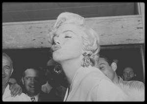 "8 Septembre 1954 / (Part III) Marilyn arrive à l'aéroport ""d'Idlewild"" de New-York (actuellement ""John KENNEDY Airport"")  pour les extérieurs du film ""The seven year itch"" avant d'aller s'installer au ""St Regis Hotel"". (Photos Sam SHAW)."