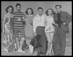 """6 Mars 1946 / (Photos Joseph JASGUR) La jeune Norma Jeane (pas encore Marilyn) est envoyée par son agence de mannequins afin de poser pour le photographe Joseph JASGUR, notamment sur la plage de """"Zuma beach"""", à Malibu, avec la troupe théâtrale """"The Drunkards Troup""""."""