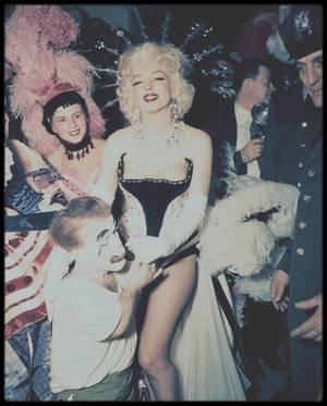 """30 Mars 1955 / (Part II) Marilyn, accompagnée de Milton GREENE, participe à une soirée organisée par Mike TODD et le cirque """"Barnum"""" et le """"Ringling Brothers Circus"""", animée par Milton BERLE, au profit d'une Association """"Stop arthritis"""" (contre l'arthrose et les rhumatismes), où Marilyn juchée sur un éléphant peint en rose, fera le tour du Madison Square Garden applaudie par pas moins de 18 000 spectateurs."""