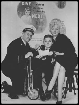 """1952-53-55-57 / GENEROSITE / Tout au long de sa carrière, Marilyn utilise sa notoriété pour servir de nobles causes, et participe à de nombreuses manifestations dont les bénéfices sont reversés à diverses associations caritatives, notamment celles concernant les enfants ; elle permet ainsi de récolter des fonds qui sont redistribués pour lutter contre la polio, la dystrophie musculaire, les rhumatismes, l'arthrite, et effectue des visites dans divers hôpitaux pour enfants handicapés ou abandonnés ; elle donna 1000 $ à une organisation qui distribuait des petits déjeuners gratuits aux enfants déshérités. En février 1962, au cours de son voyage au Mexique, elle visita un orphelinat et fit un chèque de 10 000 $. Elle adhéra à la SANE, une organisation contre les armes nucléaires (Comité National pour une politique nucléaire saine). Elle fit sa dernière apparition publique au """"Chavez Ravin Dodger Stadium"""" (voir article sur le blog), à Los Angeles, le 1er juin 1962, jour de ses 36 ans, au profit de la lutte contre la dystrophie musculaire. Le dernier don charitable qu'elle fit fut le plus important : son testament. Dans le milieu du cinéma et parmi ses amis, elle avait la réputation d'une grande générosité, car elle aidait les gens dès qu'elle le pouvait. Sa doublure, Evelyn MORIARTY se souvient que sur le tournage de « Let's make love » (1960), elle fit un chèque de 1000 $ à l'un des membres de l'équipe technique, qui avait besoin de cette somme pour payer l'enterrement de sa femme. En reconnaissance de son amour pour les enfants, l'écrivain Gloria STEINEM et le photographe George BARRIS créèrent un fonds d'aide aux enfants nécessiteux en versant, comme premier apport, les droits d'auteur de leur ouvrage « Marilyn Norma Jeane »). Marilyn était une femme engagée, en avance sur son temps !"""