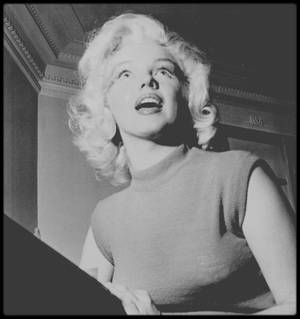 "1953 / Marilyn dans son hôtel à ""Banff"" lors du tournage du film ""River of no return""."