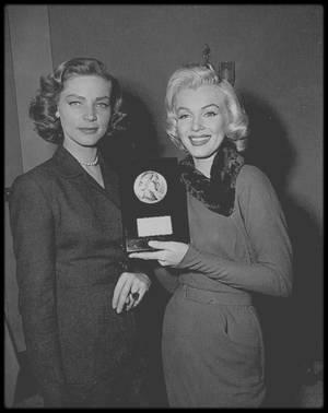 """13 Mars 1953 / Marilyn reçoit des mains de Lauren BACALL, une de ses partenaires dans le film """"How to marry a millionaire"""", le prix """"Look Award"""" de la """"débutante la plus prometteuse de l'année 1952""""."""