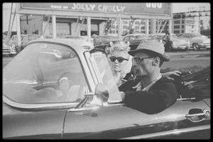 1956 / (Photos Paul SCHUTZER) (Part II) Les MILLER quittent New-York pour se reposer dans le Connecticut, où Arthur possède une propriété ; en chemin ils prennent leur ami Milton GREENE avant de s'arrêter dans une station service...