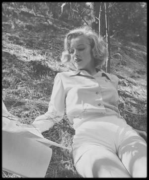 8 Août 1950 / (Part III) Marilyn étudiant un script sur les hauteurs de Hollywood sous l'oeil du photographe Edward CLARK.