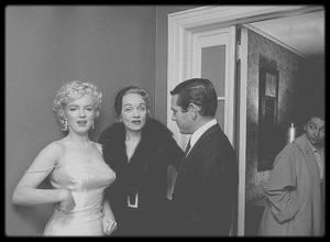 """7 Janvier 1955 / (Part II) """"Marilyn MONROE Productions"""" / Déclaration publique devant 80 journalistes et amis, dans la maison de l'avocat Frank DELANEY ; les seuls journalistes mondains absents étaient Dorothy KILGALLEN et Walter WINCHELL (particulièrement hostiles à Marilyn ). Marilyn fut nommée présidente avec 51 % des parts, et Milton GREENE vice-président avec 49 % des parts. Leurs avocats étaient Frank DELANEY, Irving STEIN ; le comptable était Joseph CARR. Elle fêta l'événement au """"Copacabana"""", un night-club où se produisait Frank SINATRA. En agissant ainsi et pour son propre compte elle remettait en cause la toute puissance des studios; elle fut vilipendée par la presse. Elle se prépara à une année sabbatique : elle vécut dans la propriété des GREENE, descendait au """"Waldorf Astoria"""" quand elle était à New York, commença à prendre des cours avec Lee STRASBERG et entreprit une psychanalyse. Milton s'occupa de la valorisation financière du principal capital de la société, prépara des projets de films et travailla avec son équipe d'avocats qui renégocia le contrat de Marilyn  avec la Fox. Au bout d'un an, la société annonça qu'elle avait négocié un nouveau contrat de non-exclusivité avec la Fox. L'énorme succès de « The seven year itch » renforçait la position des """"Marilyn MONROE Productions"""", et Marilyn obligea la Fox à se soumettre. Son nouveau contrat comprenait un chèque pour les salaires résiduels, un nouveau salaire de 100 000 $ pour quatre films à tourner sur sept ans et lui assurait l'approbation de la Fox pour tous ses projets personnels. Elle détenait aussi un droit de regard sur les scénarios qu'on lui proposait ainsi que sur les réalisateurs et directeurs de la photo. Sa victoire fut l'une des premières brèches dans le système des grands studios hollywoodiens. Sa position de présidente de sa propre maison de production lui donnait un pouvoir bien plus important que celui de la plupart des actrices de l'époque. Elle démarra avec deux projets : « Bus st"""