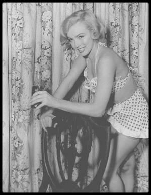 """1951 / Marilyn lors du tournage du film """"Love nest"""" ; Lorsque Marilyn signa son nouveau contrat avec la Fox, le studio avait l'intention de lui faire jouer un rôle de blonde sexy.  « Love nest », une comédie légère, fut écrit sur mesure. C'était le onzième film d'une courte carrière essentiellement constituée de petits rôles. La présence de Marilyn, purement décorative, fit néanmoins du bruit. Le journaliste Sidney SKOLSKY écrivit que, lorsque Marilyn se déshabilla pour prendre une douche, il régnait un tel silence dans la salle « qu'on entendrait une mouche voler »."""