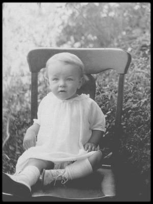 """1er Juin 1926, NAISSANCE de Norma-Jeane as Marilyn / MINI-BIO / Norma Jeane arrive en ce bas monde le 1er juin 1926, à Los Angeles (Californie). Elle doit ses prénoms à l'actrice Norma TALMADGE et la comédienne Jeanne EAGELS, deux idoles de maman. Si tout le monde s'accorde à dire aujourd'hui que son véritable nom de famille est MORTENSON, l'enfant et la jeune fille qu'elle deviendra furent longtemps connue comme Norma Jeane BAKER, patronyme du premier époux de sa mère. Celle-ci, Gladys MONROE, épousa donc en premières noces un Kentuckian, Jasper BAKER, qui lui fit deux enfants, avec lesquels il disparut à l'heure de leur divorce. En 1924, Gladys épousa Martin Edward MORTENSON, un employé d'une compagnie de gaz d'origine norvégienne, dont elle se sépara en mai 1926 pour en divorcer en octobre 1928. Parallèlement, elle connut quelques aventures, dont une avec Charles Stanley GIFFORD, son supérieur à la """"Consolidated Film Industries"""", entreprise pour laquelle elle travaillait comme monteuse. Elle se retrouva bientôt enceinte de la petite Norma Jeane et GIFFORD fut toujours désigné à l'enfant comme étant son véritable père, un géniteur qu'elle ne rencontra jamais. Pour l'état civil, la fillette fut d'abord déclarée Norma Jeane MORTENSON, patronyme bientôt corrigé en Norma Jeane BAKER, peut-être pour cacher une naissance devenue illégitime parce que non admise par le père officiel. Toutefois, en 1984, au décès de MORTENSON, le document original fut retrouvé. Aussi, en l'absence de preuve contraire, nous nous rangerons à la """"vérité administrative"""". Une enfance abîmée… Assez rapidement , il devient évident que Gladys, souvent sujette à des troubles psychiques nécessitant parfois l'internement, n'est pas en mesure d'élever continuellement son enfant. Dès lors, celle-ci est balancée entre le domicile de ses grands parents maternels, un séjour en orphelinat (1935) et quelques passages en familles d'accueil. Une amie de Gladys, """"Tante Grace"""", la prend en charge et lui fait dé"""