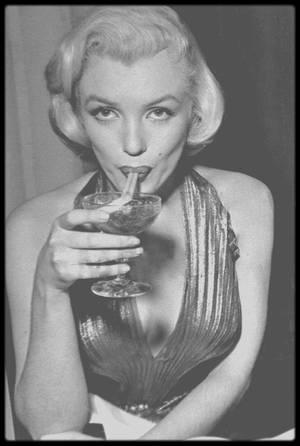 """9 Février 1953 / (Part II) Marilyn reçoit le prix """"Photoplay Award"""" de """"L'étoile qui est montée le plus vite dans le ciel d'Hollywood en 1952""""."""