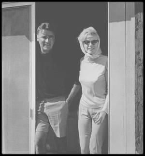 """27-29 Juillet 1962 / DERNIER WEEK-END de Marilyn au """"Cal Neva Lodge"""" / Peter LAWFORD, dépêché par les KENNEDY Brothers, décide de lui offrir un week-end.  Le 27 juillet, il l'emmène au """"Cal-Neva"""", l'hôtel au bord du Lake Tahoe, tenu par SINATRA . On la loge dans le bungalow 52, une bonbonnière rose. Marilyn s'allonge, prend des pilules, décroche le téléphone et papote. Sans doute s'endort-elle. La ligne reste occupée pendant des heures. Un groom alerte le patron, Skinny D'AMATO, un truand notoire, qui avertit son boss, Sam GIANCANA. Le parrain de Chicago est là, dans une autre aile, avec son porte-fingue, Jimmy « Blue Eyes » Alo (que COPPOLA nommera Jimmy Ola dans « le Parrain 2 »). GIANCANA, qui a financé secrètement la campagne de KENNEDY, a la haine : Bobby KENNEDY, le ministre de la Justice, a entrepris une guerre sans merci contre la Mafia. Quand les deux hommes voient Marilyn inconsciente, ils réalisent qu'une mort soudaine serait une mauvaise publicité pour un établissement fréquenté par les voyous. Ils font boire du café à l'épave blonde. Puis, considérant Marilyn comme un déchet humain, GIANCANA décide de la faire violer par ses gorilles. Et demande que la scène soit photographiée, pour se venger des KENNEDY. Puis il s'en vante au téléphone, auprès de son vieux copain Johnny ROSSELLI, qui finira découpé en morceaux dans un fût à Miami. L'agent Bill ROEMER enregistre la conversation pour le FBI. ROSSELLI : « Tu prends ton pied, hein, à te taper la nana des KENNEDY ? » GIANCANA : « Ouais. » Les photos parviennent à Frank SINATRA. Celui-ci, incrédule, regarde : sur l'un des clichés, Marilyn, à quatre pattes, est violée par GIANCANA pendant qu'elle vomit sur la moquette rose. Dégoûté, SINATRA brûle les photos."""