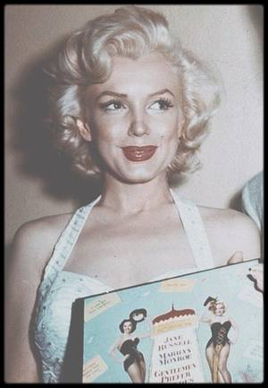 """26 Juin 1953 / (PART II) Pendant la campagne publicitaire de « Gentlemen prefer blondes », Marilyn marqua ses empreintes dans le  ciment, avec Jane RUSSELL, devant le """"Grauman's Chinese Theater"""", au 6774 Hollywood Boulevard, faisant suite à une tradition créée par Mary PICKFORD et Douglas FAIRBANKS dans les années 20. DiMAGGIO n'y assista pas mais la rejoignit au restaurant """"Chasen's""""."""