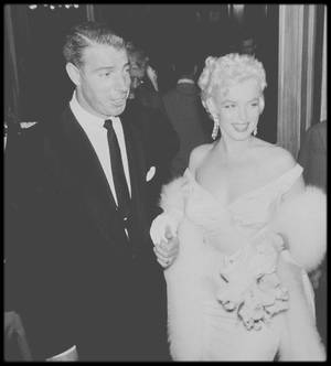 """1er Juin 1955 /  (Part II) Anniversaire de Marilyn et Première du film """"The seven year itch"""", avec à ses côtés pour l'accompagner, bien qu'ayant à peine divorcé, Joe DiMAGGIO en chevalier servant..."""