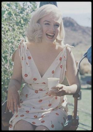"""1960 / UN ROLE SUR MESURE : """"The misfits"""" d'Arthur MILLER / (Photos Inge MORATH and Eve ARNOLD) Comme un film, où chaque mot est là pour indiquer à l'appareil ce qu'il doit voir » voilà ce que l'écrivain Arthur MILLER précise dès le début de cette ½uvre hors du commun. Ni roman, ni pièce de théâtre, ni découpage cinématographique, """"Les Misfits"""" est une histoire conçue comme un film, qui s'offre d'abord aux regards puis aux esprits. Écrit pour Marilyn, qui n'était autre que son épouse, """"Les Misfits"""" est avant tout l'aboutissement d'un désir profond d'Arthur MILLER. Avec ce récit cinématographique, il souhaitait offrir à sa femme, la Blonde la plus célèbre au monde, un grand rôle dramatique, qui est devenu au fil des années le rôle de sa carrière. Petit texte dense et descriptif, """"Les Misfits"""" (traduisez « Les Désaxés ») met en scène des personnages marginaux dans une Amérique sur le déclin. Des personnages aux prises avec leurs rêves, perdus dans la société vendeuse de l'Amérique des années 50 et de son « American way of life ». L'écrivain place son intrigue désillusionnée dans le théâtre de la vie moderne américaine : Reno, ville du Nevada, ville du jeu, des mariages et des divorces express. Roselyn (Marilyn à l'écran) s'y apprête à divorcer. Beauté pure et libre en contraste totale avec le lieu, Roselyn va fasciner les hommes qu'elle va être amenée à croiser sur son chemin : Guido (Eli WALLACH), un mécanicien sans réel but ; Pierce (Montgomery CLIFT), un riche éleveur et un cow-boy « aux mains solides » du nom de Gay (Clark GABLE à l'écran). Tous paraissent comblés, bien heureux dans ce lieu, mais l'arrivée de cette femme enfant, vont les amener à saisir leurs misères affectives et intellectuelles. Tous vont alors s'éprendre d'elle un court instant mais seul Gay lui demandera de partager son existence. Mais peut-on partager l'existence d'un être radicalement opposé à vous ? Dans une scène d'anthologie, Roselyn criera sa haine à l'égard de ces trois types, chasseurs"""