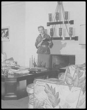 1950 / (Photos Earl LEAF) Marilyn chez son agent Johnny HYDE au 718 North Palm Drive. Il devint connu pour avoir lancé la carrière de Marilyn et l'avoir aidé à obtenir sa première rhinoplastie. Bien que plusieurs rumeurs aient parlé d'une liaison entre eux, Marilyn a affirmé que leur relation était seulement platonique. À cette époque, il était marié et avait trois enfants. Il est terrassé d'une crise cardiaque en décembre 1950.