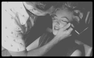 1954 / Pose de faux cils par son maquilleur attitré Whitey SNYDER sous l'oeil attentif du photographe Milton GREENE. (Photos de produits cosmétiques et faux cils ayant appartenu à Marilyn).