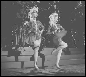 """1953 / (Part II, photos Edward CLARK) Marilyn et Jane RUSSELL répétant un numéro musical du film """"Gentlemen prefer blondes"""" où elles chantent dès l'ouverture du film, """"Two little girls from little rock"""". / Pour ses 26 ans (1952), alors qu'elle fêtait son anniversaire au """"Bel Air Hotel"""", où elle vivait à l'époque, Marilyn apprit qu'elle avait décroché le rôle tant convoité de Lorelei LEE. Darryl ZANUCK, patron des studios, l'avait préféré à Betty GRABLE après avoir entendu un enregistrement non commercialisé de sa voix voluptueuse chantant « Do it again » pour les marines de """"Camp Pendleton"""", au cours de la même année.  L'autre raison - et non la moindre - pour laquelle Marilyn évinça Betty GRABLE, pourtant plus expérimentée qu'elle, fut que le contrat de Marilyn était rédigé de telle sorte qu'elle coûtait dix fois moins cher que Betty GRABLE, et même que sa partenaire dans le film, Jane RUSSELL, car celle-ci n'était pas sous contrat.  L'oeuvre originale d'Anita LOOS, qui s'inspirait de la vie de H. L. MENCKEN, fut publiée en six épisodes mensuels dans le magazine """"Harper's Bazaar"""" sous le titre « Les hommes préfèrent toujours les blondes ».  Anita LOOS écrivit trois scripts de films de Jean HARLOW. Le livre inspira un film en 1928, avec Ruth TAYLOR et Alice WHITE, puis, en 1950, une comédie musicale couronnée de succès à Broadway, avec Carol CHANNING, qui fut un temps en compétition pour la version cinématographique.  C'était le premier rôle de Marilyn dans une comédie musicale. Elle chantait en duo avec Jane RUSSELL « Two little girls from Little Rock » de Jule STYNE et Leo ROBIN, « When love goes wrong » de Hoagy CARMICHËL et Harold ADAMSON, et « Bye bye baby » de Jule STYNE et Leo ROBIN. Mais le véritable temps fort du film fut son solo, lorsqu'elle chanta « Diamonds are a girl's best friend » de Jule STYNE et Leo ROBIN. Elle devait à l'origine porter une robe extrêmement décolletée, mais la production changea d'avis (peut-être par crainte de la censure), et Mari"""