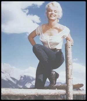 """1953 / Magnifiques photos de Marilyn prisent lors du tournage du film """"River of no return"""". Ce film marque la rencontre de deux des plus grandes stars d'Hollywood : Robert MITCHUM et Marilyn. Unique western réalisé par Otto PREMINGER, ce film est tourné dans les décors naturels des parcs nationaux de Banff et de Jasper au Canada. C'est surtout un des tout premiers films à être tourné en CinemaScope, avec un ratio de 2,55:1. Il s'agissait alors pour le cinéma américain d'enrayer la montée en puissance de la télévision en procurant au spectateur des sensations visuelles que la télévision ne pouvait lui offrir."""
