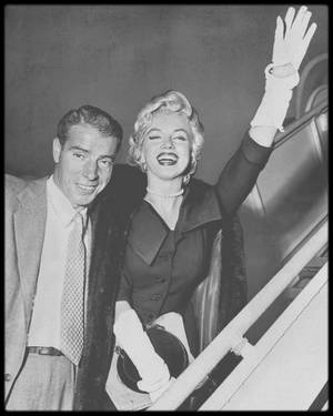 1954 / C'est Joe DiMAGGIO (et non l'empereur du Japon, comme souvent on le voit écrit) qui offre ce collier de perles de culture crée par MIKIMOTO à Marilyn pour leur lune de miel, qui devait avoir lieu au Japon, alors qu'on le sait aujourd'hui, le voyage de noce se transforma pour Marilyn en tournée de chants pour les G.I.'s alors basés en Corée, cependant Joe fit visiter à Marilyn quelques endroits du Japon, notamment Kobé, Tokyo, Hitami , Kyushu ou encore Yokoama. / LEGENDE DES PHOTOS / Marilyn et Joe partent de New York pour rejoindre Los Angeles, le 16 Septembre 1954.