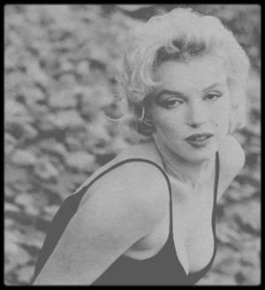 """Mai 1956 / Marilyn lors du tournage du film """"Bus stop"""" sous l'oeil du photographe Gordon PARKS."""