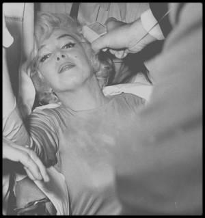 """29 Juin 1961 / (PART II) Marilyn rentre au """"Manhattan Polyclinic Hospital"""" afin d'y subir l'ablation de la vésicule biliaire... A sa sortie (le 11 Juillet), elle peine à se frayer un chemin tant de fans et journalistes l'attendent... Finalement parvenue dans son appartement avec grand peine, Kenneth BATTELLE, le célèbre coiffeur new-yorkais que Marilyn avait connu pendant le tournage de « Some Like It Hot » en 1958, vint la coiffer à son hotel. (Photos Eve ARNOLD and Paul SLADE)."""