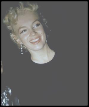 """15 Mars 1956 / (Part II) Marilyn quitte New York pour la ville de Phoenix afin de tourner les extérieurs du film """"Bus stop"""" ; Le festival annuel de rodéo devait servir de décor à plusieurs séquences importantes et Joshua LOGAN voulait pouvoir utiliser les milliers de spectateurs comme figurants. C'est là que Marilyn rencontra ses partenaires du film, Don MURRAY et Hope LANGE (qui dans la vie étaient fiancés et se marieront). Don MURRAY était le fils d'un régisseur. Marilyn logea au dernier étage du """"Sahara Motor Hotel"""". A son arrivée à Phoenix, Milton GREENE refusa qu'on interview ou photographie Marilyn; ce seul privilège lui était accordé à lui. LOGAN sût s'y prendre avec Marilyn : il connaissait bien STANISLAVSKI et sa """"Méthode"""" (il était le seul metteur en scène américain à avoir étudié avec lui en URSS), et d'un point de vue théorique, ils étaient sur la même longueur d'onde. A mesure que le tournage progressait, Milton GREENE renforça la surveillance autour de Marilyn, pour le plus grand malheur des  journalistes qui ne pouvaient se frayer un chemin auprès d'elle. Arthur JACOBS, qui dirigeait l'agence de presse qui s'occupait de Marilyn, envoya plusieurs de ses collaborateurs sur place, dont Pat NEWCOMB. Marilyn sembla rapidement l'apprécier et elles devinrent amies, mangeant ensemble fréquemment. Mais celle-ci entra en conflit avec Marilyn et Arthur JACOBS la rappela à Los Angeles..."""