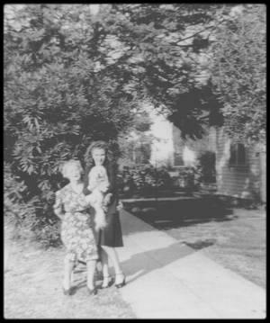 """1944-45 / LES DEBUTS DANS LA VIE / (Certaines photos signées David CONOVER). Ethel (belle mère à Norma Jeane) travaillait comme infirmière à la """"Radio Plane Munitions Factory"""" (usine fondée par l'acteur Reginald DENNY, qui produisait des avions cibles pour les  exercices anti-aériens) située à """"Metropolitan Airport"""" (qui deviendra ensuite l'aéroport de Burbank). C'était Doc GODDARD qui l'avait aidée à obtenir un emploi à la """"Radio Plane"""". Au départ, Norma Jeane essaya de diriger la maison et de s'occuper des taches ménagères, pendant qu'Ethel travaillait. Mais s'ennuyant et souhaitant elle aussi participer à l'effort de guerre, elle finit par demander à se belle-mère de lui trouver un emploi à la """"Radio Plane"""". L'économie de la Californie du Sud fit un bond en avant durant la guerre grâce à la défense et à l'aéronautique, et il y eut des milliers d'emplois pour les femmes. Ethel trouva une place à la """"Radio Plane"""" pour Norma Jeane. Elle travailla d'abord à la « salle des enduits » où elle vernissait le fuselage des avions. Elle devait pulvériser un vernis à l'odeur infecte sur les fuselages (on appelait ça « travailler dans la  drogue »). Ce travail ingrat lui assurait cependant un revenu régulier. Elle gagnait 20 $ par semaine, pour dix heures de travail par jour. La vie avec sa belle-mère était relativement agréable, mais la présence de Jim faisait défaut à Norma Jeane. Au départ, leur correspondance fut fréquente. Sur les deux ans de séparation, ils totaliseront pas moins de deux cents lettres. Pendant les vacances, Norma Jeane quitta pour la première fois la Californie, pour aller rendre visite à Grace (sa tante). Celle-ci était temporairement employée dans un laboratoire de développement de films à Chicago. Elle avait dû quitter la Virginie car, bien qu'elle eût un emploi stable, elle s'était mise à boire. Norma Jeane rendit aussi visite à Bebe GODDARD en Virginie Occidentale, et poursuivit sa route jusqu'à Detroit où elle fit un  séjour chez sa demi s½ur Berni"""