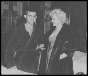"""5 Février 1954 / Marilyn alors au Japon, à Tokyo pour son fameux voyage de noce, avant de se rendre en Corée, pour son tour de chants qu'elle donnera afin de remonter le moral des troupes des G.I.'s, profite de cette halte pour rendre visite aux soldats blessés au """"Tokyo Army Hospital""""."""
