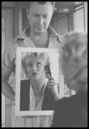 """1946-1962 / DEAR """"WHITEY"""" / Allan """"Whitey"""" SNYDER, LE MAQUILLEUR ATTITRE DE MARILYN JUSQU'A SA MORT / Il rencontra Marilyn pour la première fois pour son premier bout d'essai à la Fox en 1946 ! De quelles manières sont-ils restés en contact ? Je ne sais pas. Toujours est-il qu'il va maquiller Marilyn jusqu'à sa mort (après l'autopsie il lui redonnera un visage) et même pour son enterrement (il fera partie des porteurs du cercueil) comme elle lui avait fait promettre quelques années auparavant. SNYDER a expliqué à plusieurs reprises que Marilyn avait ses propres astuces qu'il n'a jamais vu chez d'autres actrices. Elle savait parfaitement comment mettre en valeur les traits de son visage avec telle ou telle ombre à paupière. Son rouge à lèvres est en fait un mix de trois couleurs. Marilyn avait ses petits secrets. Comment a-telle acquis ses compétences ? En écoutant, en regardant, en étant attentive, en essayant (les différentes séances de photos attestent de ces changements parfois infimes mais bien réels), friande de savoirs tout simplement. Au final, avec l'aide de SNYDER, ils ont créé un style unique qui trouvera sa perfection en 1952 et qui fera sa gloire : celui de Marilyn MONROE, créature imaginaire parfaite."""