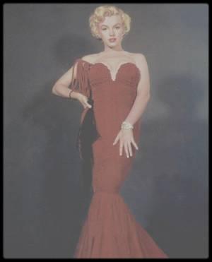 """1952 / (Photos Earl THEISEN) Marilyn et la fameuse robe rouge décolletée qu'elle portait aux """"Henrietta Awards"""" (voir article ci-dessous) et suite à la critique virulante de Joan CRAWFORD lors de cette soirée en voyant la dite robe, """"-elle aurait bien plus de classe dans un sac à patates !"""", Marilyn moqueuse ne se démontant pas relève le défit et se fait faire sur mesure une robe dans un sac de pommes de terre, n'est elle pas aussi classe dedans ?..."""