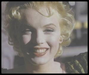 """1956 / Sur le tournage du film """"Bus stop"""" / A la suite de ses démêlés avec la Fox et après avoir fondé sa propre maison de production, Marilyn fut rappelée à Hollywood pour jouer le rôle principal dans une adaptation cinématographique d'une pièce à succès de Broadway de l'année 1955, écrite par William INGE. Celui-ci était considéré comme l'un des meilleurs dramaturges de l'époque, bien que d'un niveau inférieur à Arthur MILLER et à Tennessee WILLIAMS. Beaucoup pensent que ce fut là l'une des meilleures interprétations dramatiques de Marilyn. Son associé Milton GREENE fit beaucoup pour la réussite de ce film. Les termes de son nouveau contrat avec la Fox accordaient à Marilyn un droit de regard non seulement sur le scénario, mais aussi sur le choix du réalisateur et sur celui du directeur de la photo. Son premier choix, John HUSTON qui l'avait dirigé dans « The Asphalt Jungle », était indisponible. Lew WASSERMAN proposa Joshua LOGAN, qui accepta de diriger le projet lorsque son ami Lee STRASBERG lui assura que Marilyn était pleine de talent. A l'origine, Paula STRASBERG ne fut pas acceptée sur le plateau. Mais l'intervention de Marilyn  et celle de Lee STRASBERG en coulisse, firent que Paula fut embauchée (pour 1500 $ par semaine) pour la première fois, dans le but de calmer les nerfs de Marilyn et de l'aider à perfectionner sa diction. Les extérieurs furent tournés début 1956 à Phoenix (Arizona) pour les séquences de rodéo, et à Sun Valley (Idaho) pour les scènes en montagne. Marilyn fut difficile sur le plateau. Cela n'était pas uniquement dû à la peur de l'échec et à son manque d'assurance (ses éternelles bêtes noires), mais à sa dépendance grandissante aux barbituriques. Elle était aussi, pour la première fois, en position de force. Son partenaire, Don MURRAY, trouvait qu'elle n'était pas toujours un « patron » très agréable. La seule personne avec qui elle se lia d'amitié sur le tournage fut Eileen HECKART, qui avait récemment joué dans la pièce d'Arthur MILLER"""
