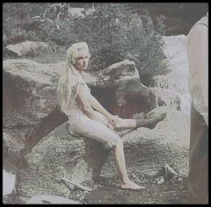 """1953 / (Part II) Marilyn près de chutes d'eau lors d'une scène qui sera coupée au montage dans le film """"River of no return""""."""