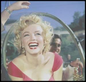 """3 Août 1952 / (Part IV) Petite fête donnée en l'honneur de Marilyn chez Ray ANTHONY, célèbre chez d'orchestre et jazzman joueur de trompette ; il initiera d'ailleurs Marilyn au célèbre instrument lors de cette """"party"""". Marilyn vêtue de sa robe rouge portée dans « Niagara » fait sensation. Cette fête est la sienne, la première de sa carrière. Mickey ROONEY apparaît lorsque Marilyn « apprend » à jouer de la batterie. Ray AANTHONY joue de sa trompette, RONNEY colle au plus près de Marilyn. A ce moment là, se souvient-il de la jeune starlette qui l'avait accompagnée 4 ans plus tôt ? Et Marilyn ? Cela leur appartient… En attendant, cette « party » hollywoodienne permet la promotion de « Don't bother to knock » qui vient juste de sortir sur les écrans."""