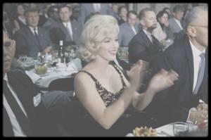 """19 Septembre 1959 / (Part III) Marilyn entre George CUKOR et Joshua LOGAN, invités lors d'un dîner donné en l'honneur de Nikita KHROUCHTCHEV pour une visite de 13 jours aux Etats Unis. En pleine guerre froide et à la grande stupéfaction de beaucoup de monde, le dirigeant soviétique Nikita KHROUCHTCHEV arrive à Washington avec sa famille pour une visite de 13 jours aux Etats Unis. Nikita pensait que les 2 pays étaient trop puissants pour se quereller. Après des discussions avec EISENHOWER, KHROUCHTCHEV visitera plusieurs Etats et en particulier la Californie. Le studio Twentieth Century Fox l'invitera à voir le tournage d'une scène de """"Can-Can"""" (le choix parut très peu judicieux) lors d'un déjeuner avec le tout Hollywood (Marilyn, Elizabeth TAYLOR, Frank SINATRA, Gary COOPER, Henry FONDA, Tony CURTIS...). Les producteurs hollywoodiens, qui ne peuvent risquer d'embaucher des scénaristes ayant des opinions politiques trop à gauche, se battent pour pouvoir assister au déjeuner. KHROUCHTCHEV sera très déçu ensuite de ne pouvoir aller à Disneyland pour des raisons de sécurité, ce qui le fera plaisanter: Pourquoi pas ? Qu'est-ce que c'est ? Vous avez des rampes de lancement de fusées là-bas ?"""