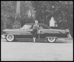 """1953 / Marilyn en pleine répétitions aux côtés de Jack BENNY pour un show qui aura lieu le 13 Septembre au """"Shrine Auditorium"""", le """"Jack BENNY Show"""" (voir article dans le blog) ; ce sera la toute première émission T.V. de Marilyn et en guise de paiement pour sa prestation dans le show, Marilyn ne voulant pas être rémunérée, ce dernier lui offrira une Cadillac décapotable noire."""