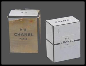 """24 Mars 1955 / (Photos Ed FEINGERSH) Marilyn dans sa chambre d'hôtel se préparant pour la Première de la pièce """"Cat on hot tin roof"""" (voir article dans le blog). - """"Marilyn, que portez vous la nuit pour dormir ?"""" -""""du n° 5 de CHANEL !""""... (les parfums ci-dessous ont appartenu à Marilyn)."""