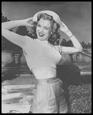"""Juillet 1947 / Marilyn et d'autres starlettes se rendent à une base américaine des """"US Marines"""", pour booster les troupes en partance pour la guerre en Corée. Marilyn sera surnommée et élue """"Miss Morale of the Marine Corps"""" en juillet 1950."""