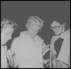 1955 / (Photos James HASPIEL et James COLLINS) Ces photos très rares datent d'un soir de juin 1955 à New York. Marilyn revient chez elle après un cours avec Lee et Paula STRASBERG. James HASPIEL, entre autres, l'attend. Elle accepte de signer des autographes et des photos. Ces clichés sont précieux parce que Marilyn est elle-même, loin du tumulte hollywoodien. Sans maquillage, sa beauté éclate au grand jour, elle paraît si proche…