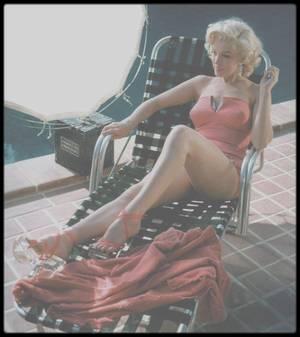 """1953 / Marilyn lors du tournage d'une publicité pour Coca Cola tournée dans la propriété nommée """"GreenAcres"""" de l'acteur et photographe Harold LLOYD qui fit d'ailleurs ces photos ; il était surtout spécialisé dans les photos couleurs en 3D."""