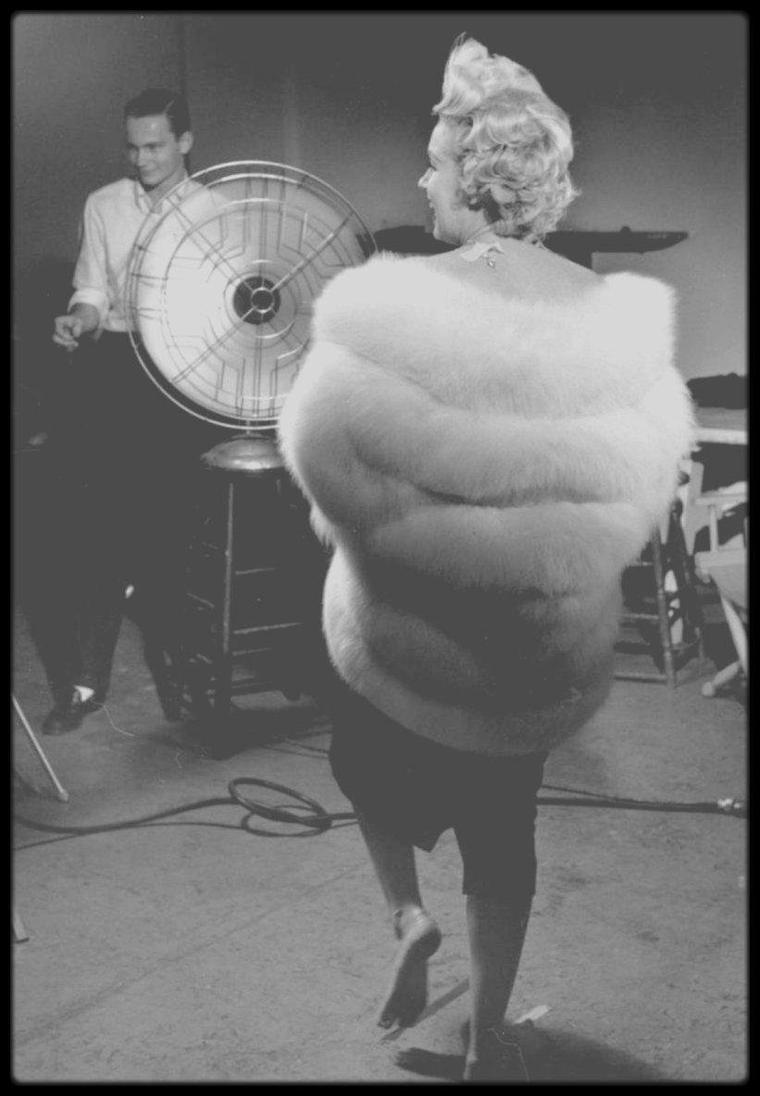 """1954 / Marilyn et Richard AVEDON dans les coulisses d'une session photos sous l'objectif de Sam SHAW ; quelques photos avec Billy WILDER puisque Marilyn est alors en plein tournage du film """"The seven year itch""""."""