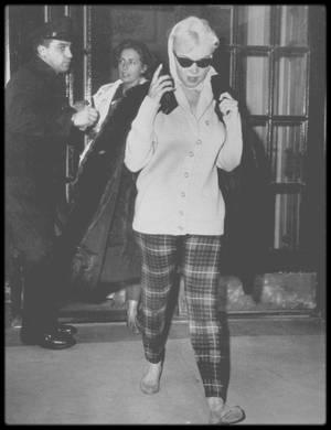 """12 Novembre 1960 / Marilyn et son attachée de presse Pat NEWCOMB se rendent chez son médecin, le Docteur Marianne KRIS ;  Le """"New York Daily News"""" fit sa une : « Miller quitte Marilyn  ». De nouveau, elle fut traquée par les photographes, notamment lorsqu'elle quitta son appartement."""