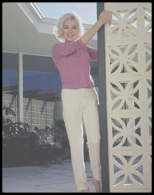 """1962 / C'est à la fin de l'année 1961 que Marilyn découvre les créations du couturier Emilio PUCCI / MARILYN S'HABILLE EN PUCCI... Son style s'adresse à une clientèle riche et fêtarde. Sa première collection rencontre un succès considérable dans le milieu de la jet-set. Il est notamment aidé par ses connaissances influentes de l'aristocratie florentine dans un milieu où la mondanité est essentielle. En 1950, Emilio PUCCI reçoit deux prix prestigieux : le """"Neiman Marcus Award"""" et le """"Burdine's Sunshine Award"""". C'est alors la consécration à l'international.  Il se lance alors dans le prêt-à-porter avec succès. Ses collections constituées de vêtements d'été glamours, féminins et gais séduisent les plus grandes stars. Marilyn MONROE succombera elle aussi aux créations PUCCI, asseyant la renommée de la maison à travers le monde. En 1959, le créateur se marie épouse la baronne Cristina NANNINI. La même année, il lance sa première ligne de lingerie. Il ne cessera alors de diversifier ses collections en lançant une ligne soir, une ligne de chaussures, de design d'intérieur ...  Son style se caractérise par des imprimés flashy et colorés associés à une matière stretch. Ses tenues glamours et féminines aux couleurs acidulées et aux motifs psychédéliques sont graphiques et très gaies. Parmi ses succès on peut noter les « capri pants » et les robes en soie imprimées. Surnommé « le prince des imprimés », il devient le créateur emblématique des années 1960-1970."""