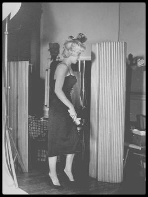 """1954 / Dans les coulisses d'une session photos avec Philippe HALSMAN ; Le photographe qui faisait sauter ses modèles en l'air pour les décontracter et leur faire exprimer leur véritable personnalité ! C'est en effet la première image qui vient à l'esprit à son sujet (et, en effet, à voir le duc et la duchesse de Windsor, magnifiquement ridicules, on imagine le travail nécessaire pour décoincer les modèles posant). Mais le modèle veut-il réellement dévoiler sa """"véritable"""" personnalité ? HALSMAN, qui a quasiment découvert Marilyn en 1949 lors d'un reportage pour """"LIFE"""" à Los Angeles, la fait sauter en l'air en 1954 : l'actrice le fait une seule fois (dernière photo) et refuse de réitérer l'expérience, effrayée à l'idée de dévoiler ainsi sa personnalité vraie derrière les paillettes. En 1959, quand elle est devenue une grande star, elle accepte enfin de se prêter à l'exercice de """"jumpology"""", mais il faut plus de 200 sauts pendant trois heures pour arriver enfin à des photographies convenant et au photographe, et à l'artiste ; pas vraiment des images spontanées."""