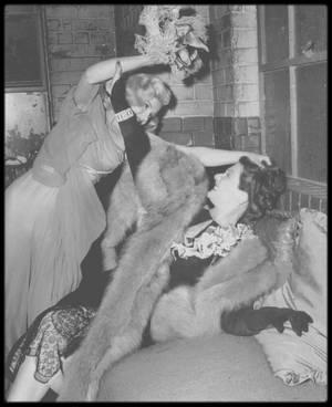 """1948 / Rares photos de Marilyn dans le film et en backstage de """"Ladies of the chorus"""" / « Ladies of the chorus » fut le seul film que Marilyn tourna pendant son passage de six mois à la Columbia. Le film fut tourné en l'espace de dix jours. Elle passait des rôles de figuration à un rôle secondaire, en interprétant le personnage de Peggy MARTIN, une choriste cherchant désespérément à épouser son séduisant fiancé appartenant au grand monde. Ce fut aussi son premier rôle chantant. Son professeur Fred KARGER, dont elle était tombée follement amoureuse, l'aida à donner une solide interprétation des chansons d'Allan ROBERTS et Lester LEE : « Every baby needs a da da daddy » (reprise dans « Okinawa » un film de 1952), et « Anyone can see I love you ». Ce film marqua le début d'une collaboration de six années avec son professeur d'art dramatique, Natasha LYTESS. Sur ce tournage, Marilyn fut habillée pour la première fois par le créateur Jean-Louis (créateur français qui lui confectionna, pour la plus fameuse, la célèbre robe couleur chair pailletée qu'elle portera pour la gala d'anniversaire de John F KENNEDY en 1962), avec qui elle collabora à nouveau pour ses deux derniers films. Bien que son nom fût mentionné pour la première fois par Tibor KREKES dans une critique du """"Motion Picture Herald"""", son interprétation, qui n'avait pas convaincu le chef des studios Harry COHN, n'incita pas la Columbia à donner suite à leur collaboration."""