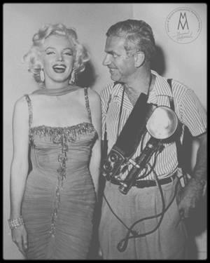 """10 Juillet 1953 / (Part II) Marilyn participe à un gala de charité organisé par Danny THOMAS, afin de récolter des fonds pour l'hôpital pour enfants, le """"St Jude Hospital"""" à Memphis ; le gala eut lieu au """"Hollywood Bowl"""", et nombre de célébrités étaient conviées, telles Jane RUSSELL, Danny KAYE, Danny THOMAS, les """"Ames Brothers"""" ou encore Robert MITCHUM. L'évènement fut couvert en grande partie par le photographe Bruno BERNARD dit """"Bernard of Hollywood"""". A cette occasion, Marilyn porte une des robes du film """"Gentlemen prefer blondes""""."""